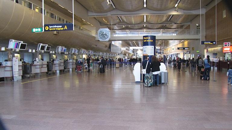 Kontrollerna av både passagerare och personal har blivit hårdare på Arlanda. Foto: Tomas Magnusson/SR Uppland.