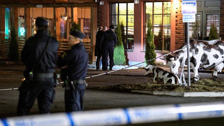 Polis och tekniker undersöker den plats utanför en restaurang i handelsområdet Boländerna i Uppsala där en skottlossning ägde rum under lördagkvällen. En man i 40-årsåldern dödades i skjutningen.
