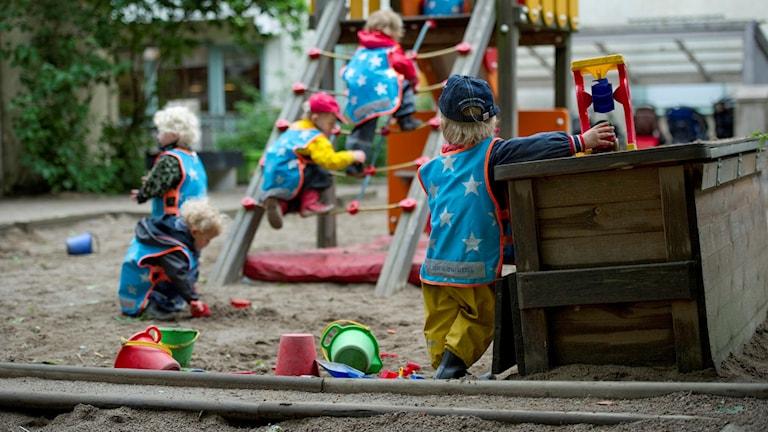Barn som leker på förskola