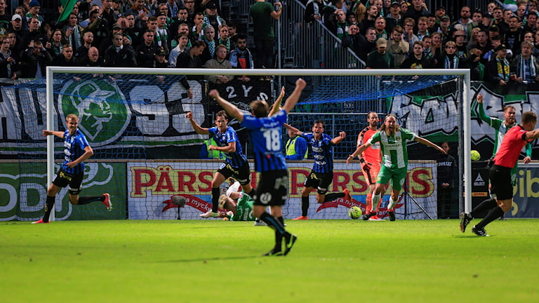 Sirius Philip Haglund jublar med lagkamraterna efter sitt 1-0 mål under måndagens fotbollsmatch i allsvenskan mellan IK Sirius FK och Hammarby IF på Studenternas IP.