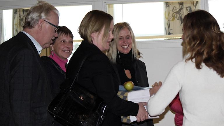 Representanter för Norrtälje kommun tar emot 7040 namnundersktifter.