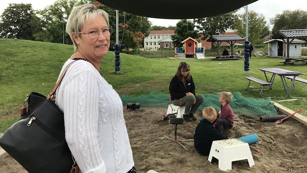 En politiker och en pedagog på förskolan