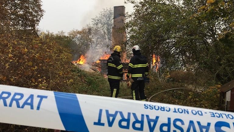 Polisavspärrning runt ett hus som brinner, bara skorstenen är kvar.