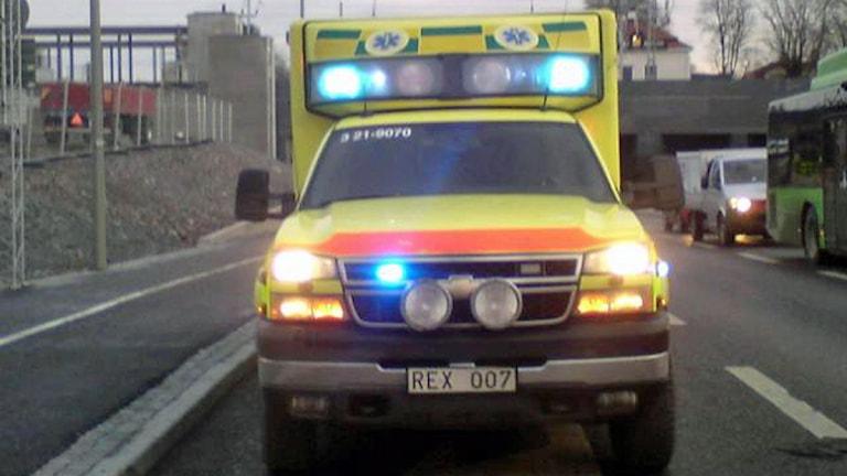 Ambulans på utryckning. Foto: August Bergkvist/SR.