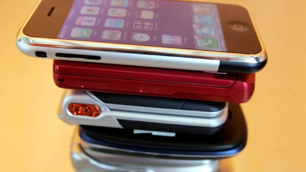 En stapel med mobiltelefoner. Foto: Paul Sakuma /Scanpix