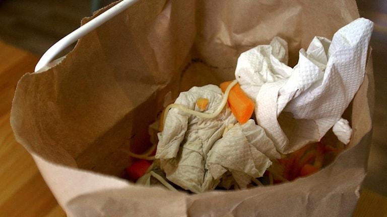 Papperspåse med sopor. Foto: Fredrik Sandberg / Scanpix