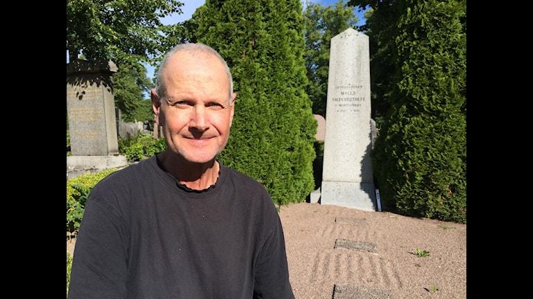 Stefan Johansson från Svenska kyrkan visar upp gravar på gamla kyrkogården i Uppsala.