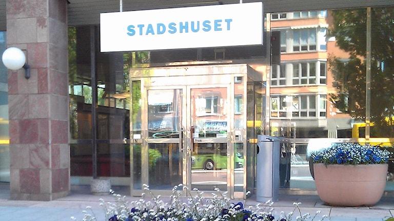 Ingången till Stadshuset, Uppsala kommuns högkvarter. Foto: August Bergkvist / SR