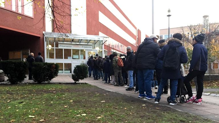 30-40 personer stod och köade till Skatteverkets servicekontor i Uppsala