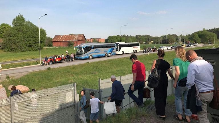Resenärer evakueras ur ett av de stillastående tågen.