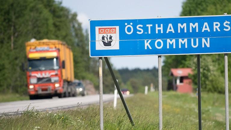 Skylt Östhammars kommun vid sidan av vägen. Foto: Fredrik Sandberg/Scanpix