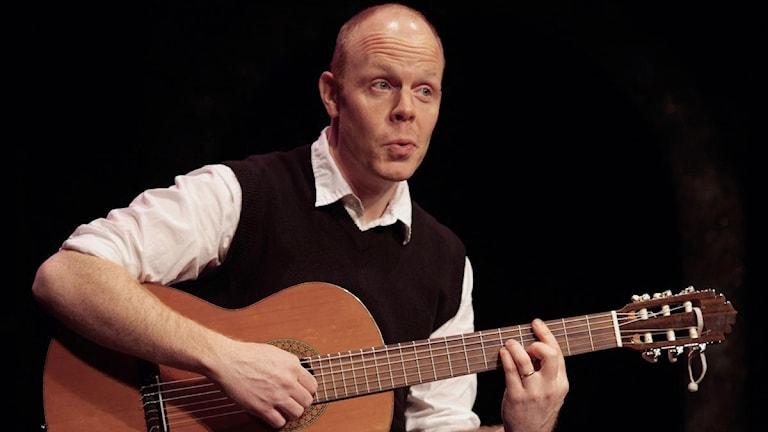 Jacke Sjödin med gitarr. Foto: Lise-Lott Wesslund
