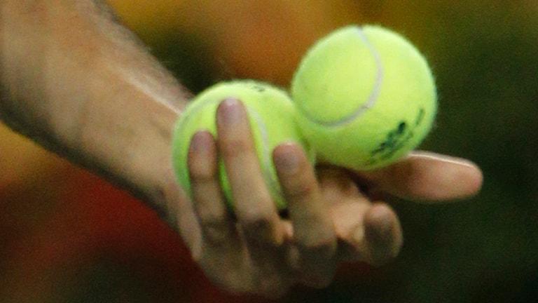 Man med två tennisbollar (arkivbild). Foto: Mark Humphrey / Scanpix