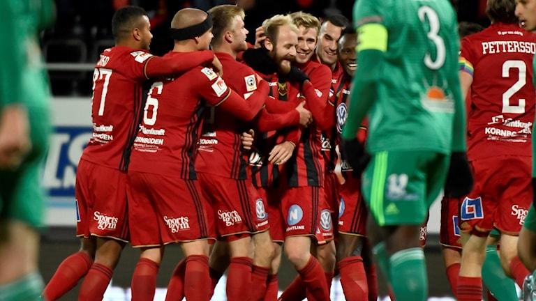 Östersunds Curtis Edwards klappas om efter 1-0 mot Dalkurd.