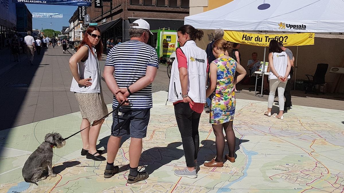 Uppsala kommun pratar trafik med folk på Celciustorget i Uppsala.