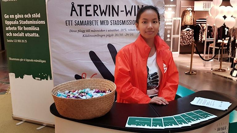 Laura tar emot kläder i Återwin-win-insamlingen