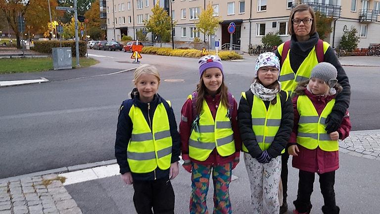 Tanja Joelsson med sin vandrande skolskjuts. Foto: Mattias Persson/Sveriges Radio