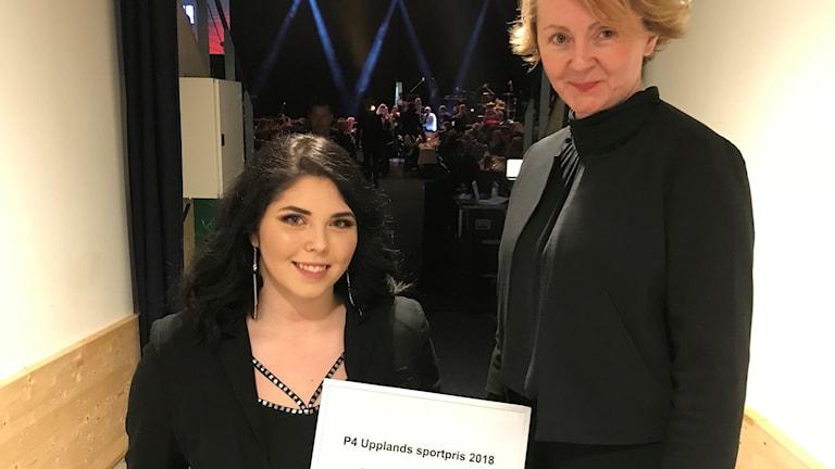 Felicia Grimmenhag (till vänster), vinnare av P4 Upplands sportpris 2018 och Alisa Bosnic, kanalchef P4 Uppland.