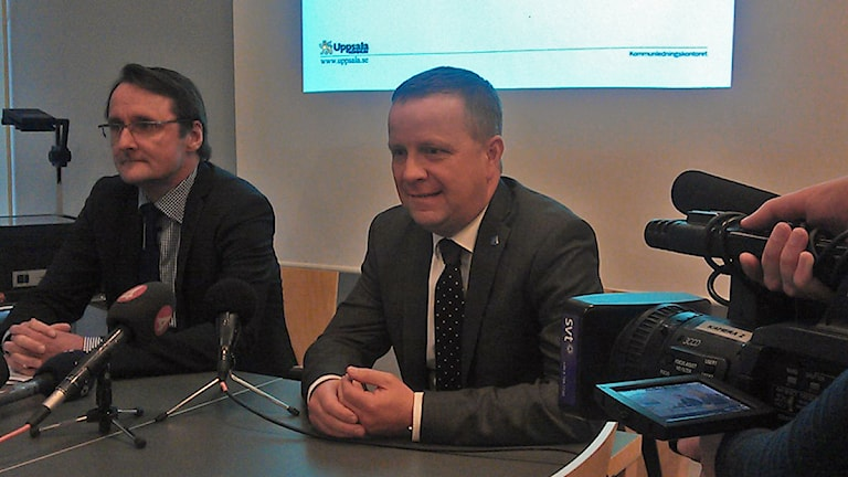 Korruption inom Uppsala kommun, presskonferens. Fr v Joachim Danielsson, stadsdirektör, och Fredrik Ahlstedt (M). Foto: Martin Hult/SR