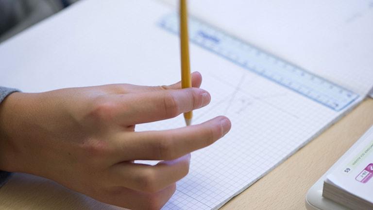 Elev räknar matte. Foto: Fredrik Sandberg/TT.