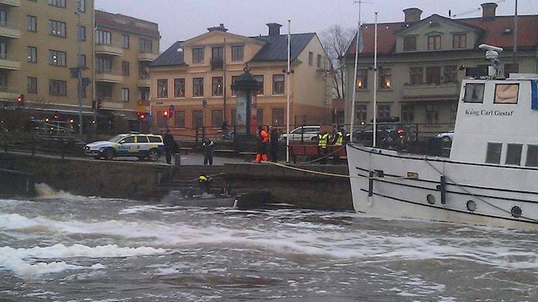 Polisen söker i Fyrisån, nedanför Islandsfallet. Foto: August Bergkvist/Sveriges Radio.