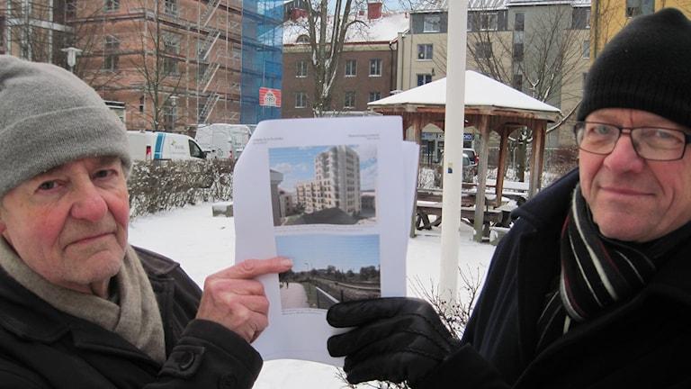 Här på gården mellan Kungsgatan och järnvägen är tiovåningshuset tänkt att stå. P O Sporrong och Sten Åke Bylund. Foto: Mårten Nilsson / Sveriges Radio