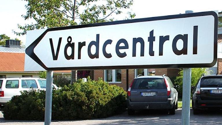 Vårdcentralsskylt (arkivbild). Foto: Thomas Artäng/Sveriges Radio