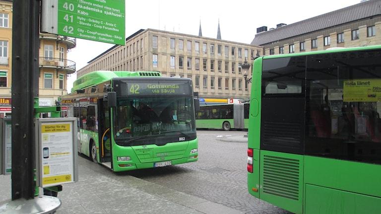 Stadsbussar på Stora Torget i Uppsala. Arkivbild.