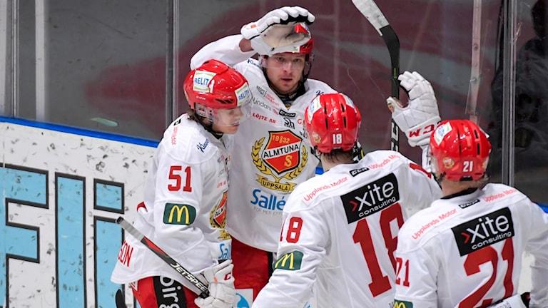 Almtunas Tobias Liljendahl jublar efter att ha gjort mål.