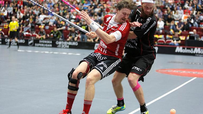 Mika Kohonen, Storvreta, i kamp med Faluns Jonas Adriansson. Foto: Stig-Åke Jönsson/TT