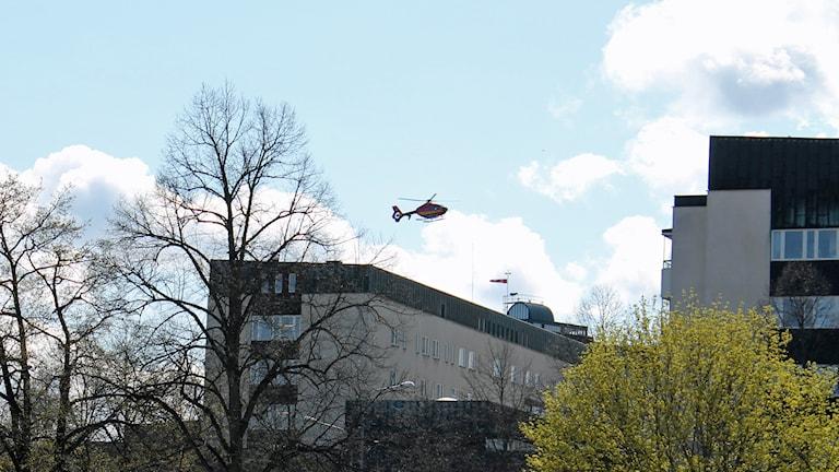 Ambulanshelikopter landar på Akademiska. Foto: Erik Thyselius/Sveriges Radio