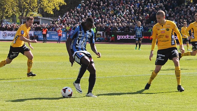 Moses Ogbu med bollen. Foto: Erik Thyselius/Sveriges Radio