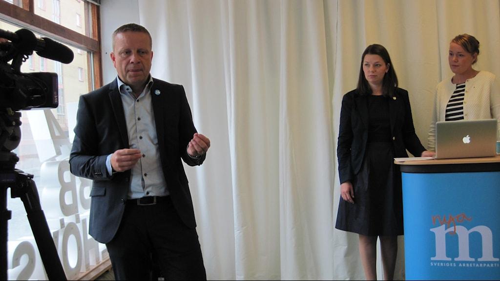 Fredrik Ahlstedt presenterade M:s valmanifest i Uppsala tillsammans med partiets nya andra- och tredjenamn Marta Obminska (mitten) och Therez Olsson. Foto: Mårten Nilsson/SR.