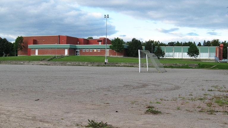 På och kring grusplanen bakom det nuvarande Hälsohuset är det tänkt att allaktivitetshuset ska byggas. Foto: Håkan Rehn/Sveriges Radio