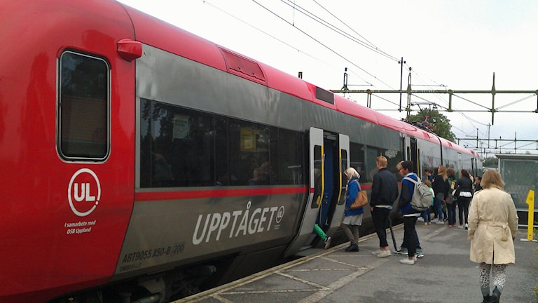 Pendlare på väg ombord på UL:s Upptåget i Morgongåva. Foto: August Bergkvist/Sveriges Radio