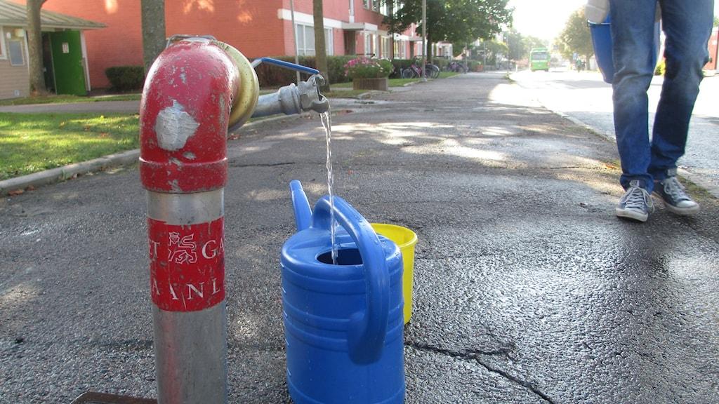 Tillfällig vattenpump på Kvarngärdet i Uppsala. Foto: Martin Hult/SR.
