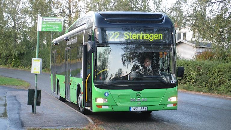 Buss 22 vid en hållplats i stadsdelen Vilan i Uppsala. Foto: Martin Hult / Sveriges Radio
