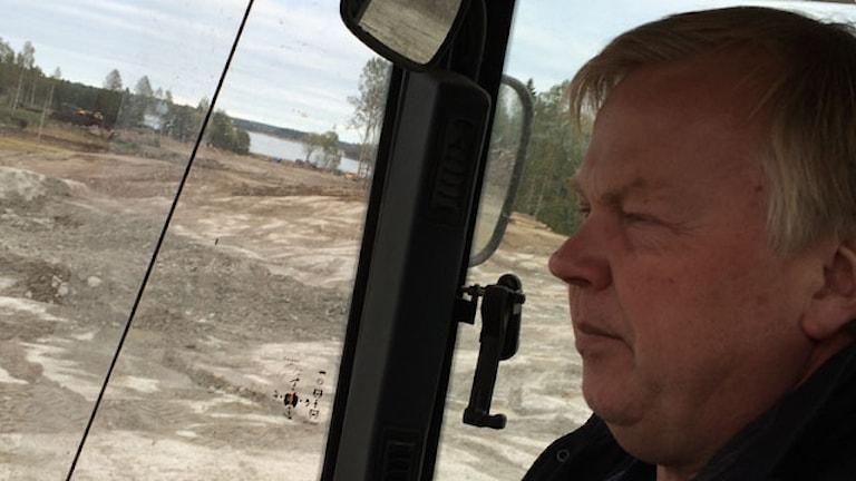 Anders Högberg vid havsutsikten. Foto: Ulla de Verdier/SR