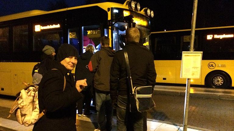 Izabella Jansson tar bussen till Östhammar. Foto: Ulla de Verdier/SR: