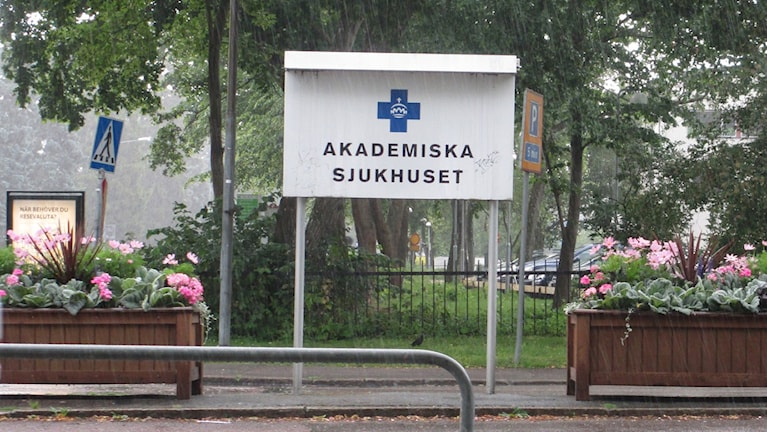 Skylt vid Akademiska sjukhuset i Uppsala. Foto: Martin Hult/SR.