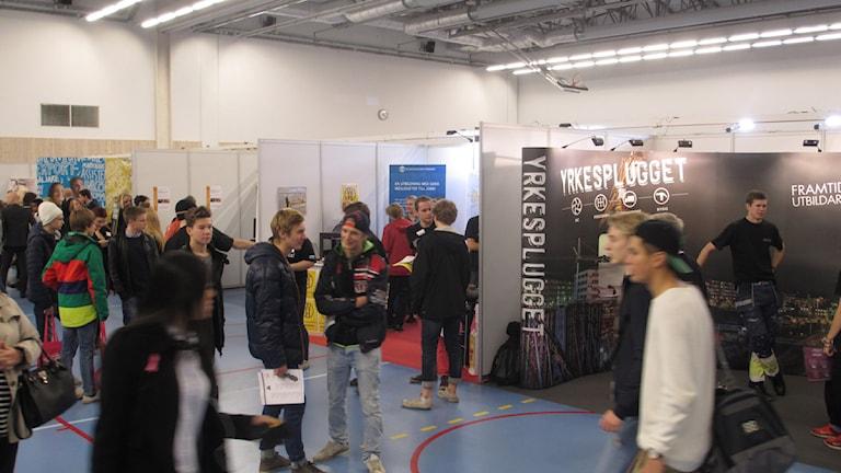 Gymnasieskolorna marknadsför sig på en mässa för niondeklassarna. Foto: Martin Hult / Sveriges Radio