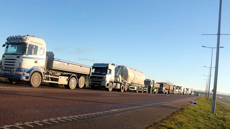 Lastbilar längs Tycho Hedéns väg. Foto: Stefan Hesserud Persson / SR