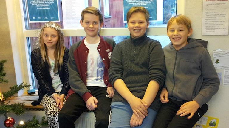 Felicia Larsson, Samuel Linde, Jonathan Sundström, och Natanael Nygård går i klass 5-6 på Tallbacksskolan. Foto: Christer Engqvist/SR