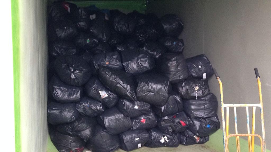En del av alla de kläder som samlas in i Uppsala. Foto: Max Pröckl / Sveriges Radio
