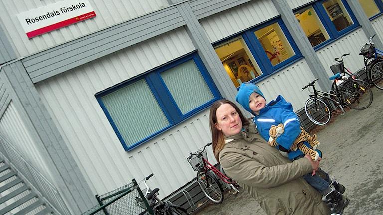 Sanna Krueger med sonen Elias. Foto: Mårten Nilsson/SR