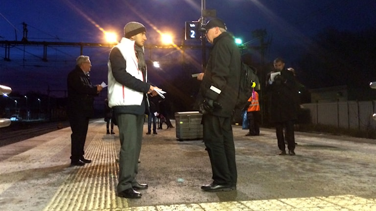 Civilminister Ardalan Shekarabi (S) delar ut flygblad på Knivsta station. Foto: Henrik Skarstedt/SR