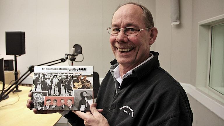 Lennart Runnding med boken Foto:Thomas Artäng/Sveriges Radio