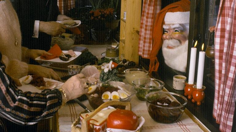 Många tycker att julmaten är viktigare än julklapparna (arkivbild). Foto: Jan Collsiöö/TT