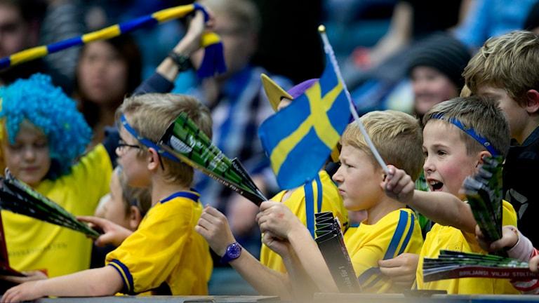 Sverige hade ett starkt och ungt supporterstöd under matchen mot Lettland. Foto: Björn Larsson Rosvall//TT