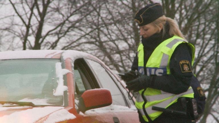 En polis i full färd med att kontrollera nykterheten (arkivbild). Foto: Anna Eriksson/TT